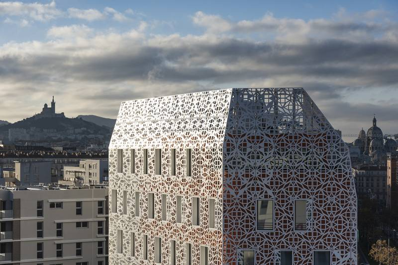 découpe laser aluminium pour façade de bâtiment